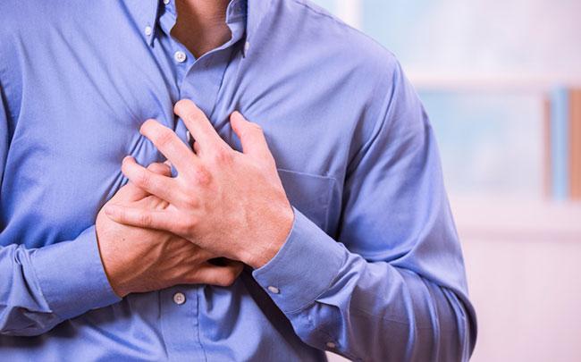 1. Reconnaître les symptômes : difficulté respiratoire, sudation, douleurs lancinantes dans la poitrine, douleurs dans les bras et les épaules. Chez les femmes, nausées, essoufflements, douleurs dans la mâchoire, sensations d'oppression dans la poitrine